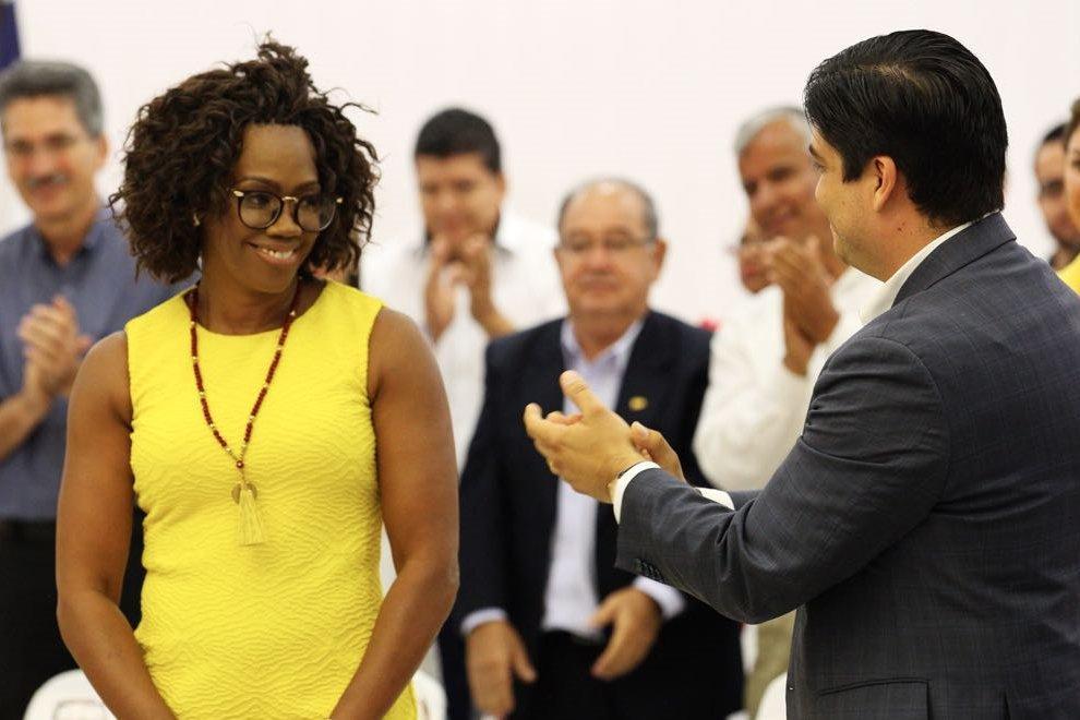 Un grupo de personas haciendo gestos con la mano  Descripción generada automáticamente con confianza media