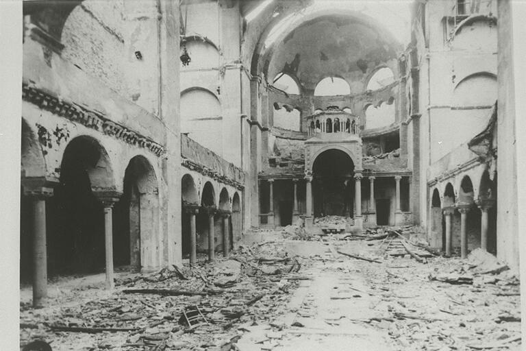 Khung cảnh bên trong của Giáo đường Do Thái Fasanenstr bị phá hủy sau Đêm Kính Vỡ.
