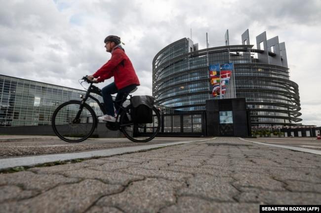 Велосипелдист перед зданием Европейского парламента в Страсбурге