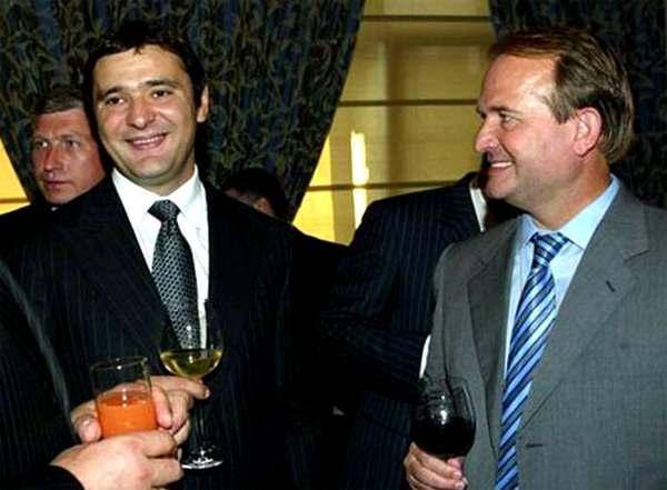 Виктор Медведчук и бандит Макс Бешеный (Максим Курочкин); за их спинами — Богдан Губский.