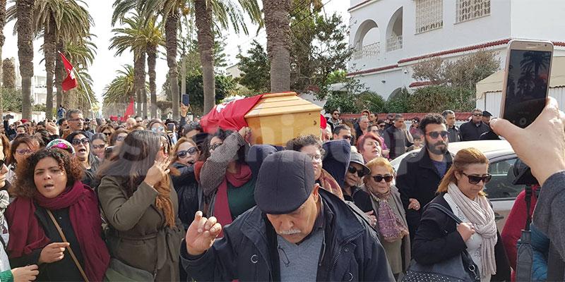 جنازة لينا بن مهنّي: نساء يحملن النعش على أكتافهنّ