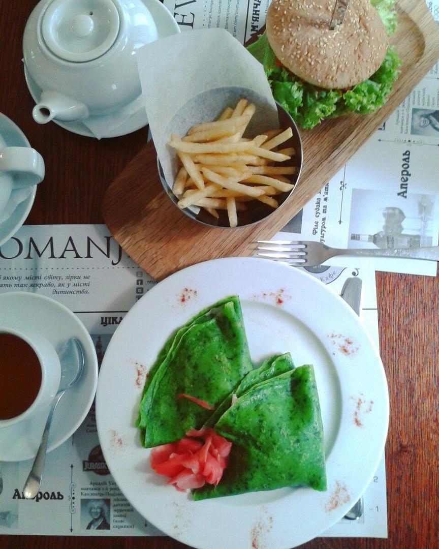 Фірмові шпинатні млинці в Бломанже Lounge Café