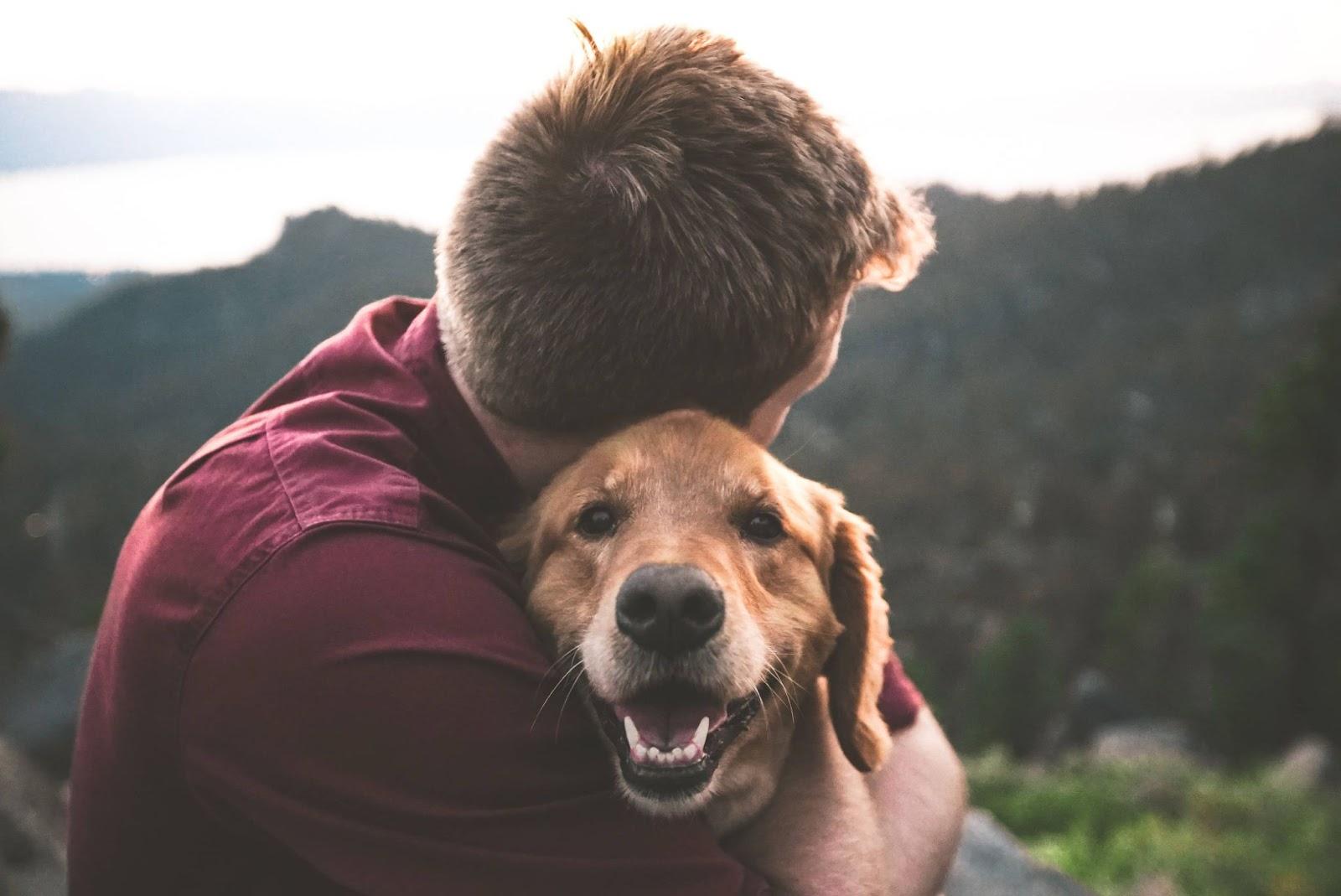 uomo-che-abbraccia-cane