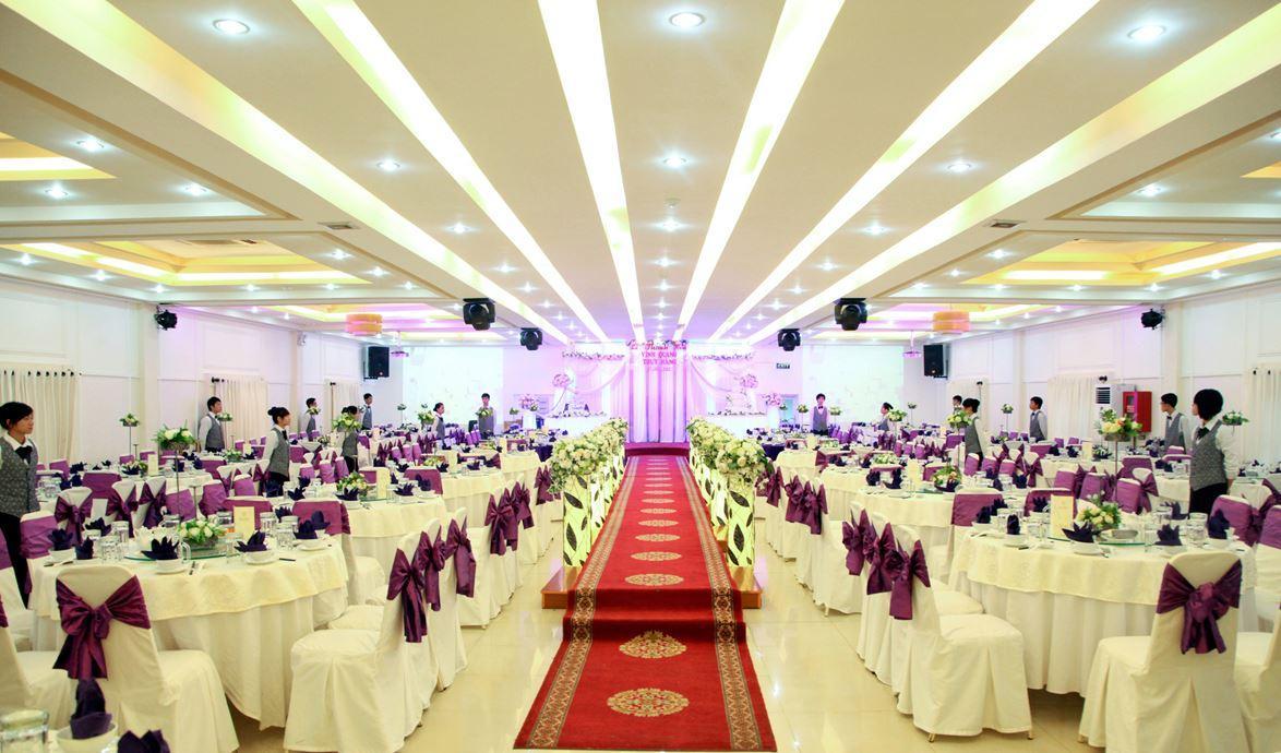 C:\Users\Administrator\Documents\Ánh sáng gia đình\thiết kế sân khấu hội nghị đám cưới\thiet-ke-san-khau-hoi-nghi-tiec-cuoi-01.jpg