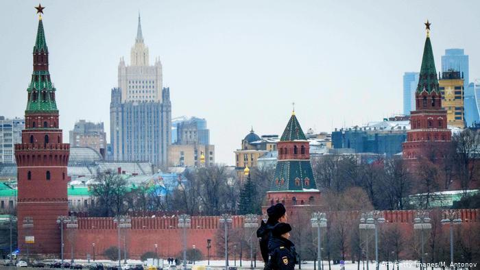 Московский Кремль и двое полицейских