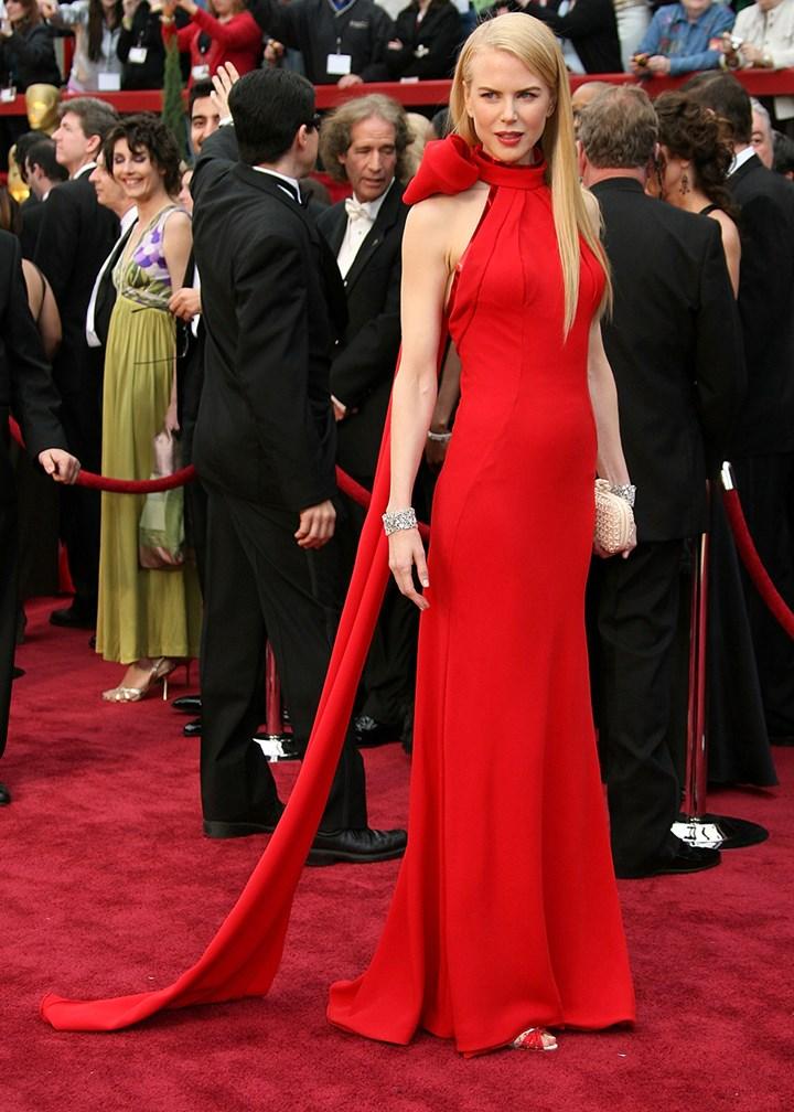 L'actrice fait sensation dans cette robe rouge intemporelle signé Balenciaga aux Oscars 2007.
