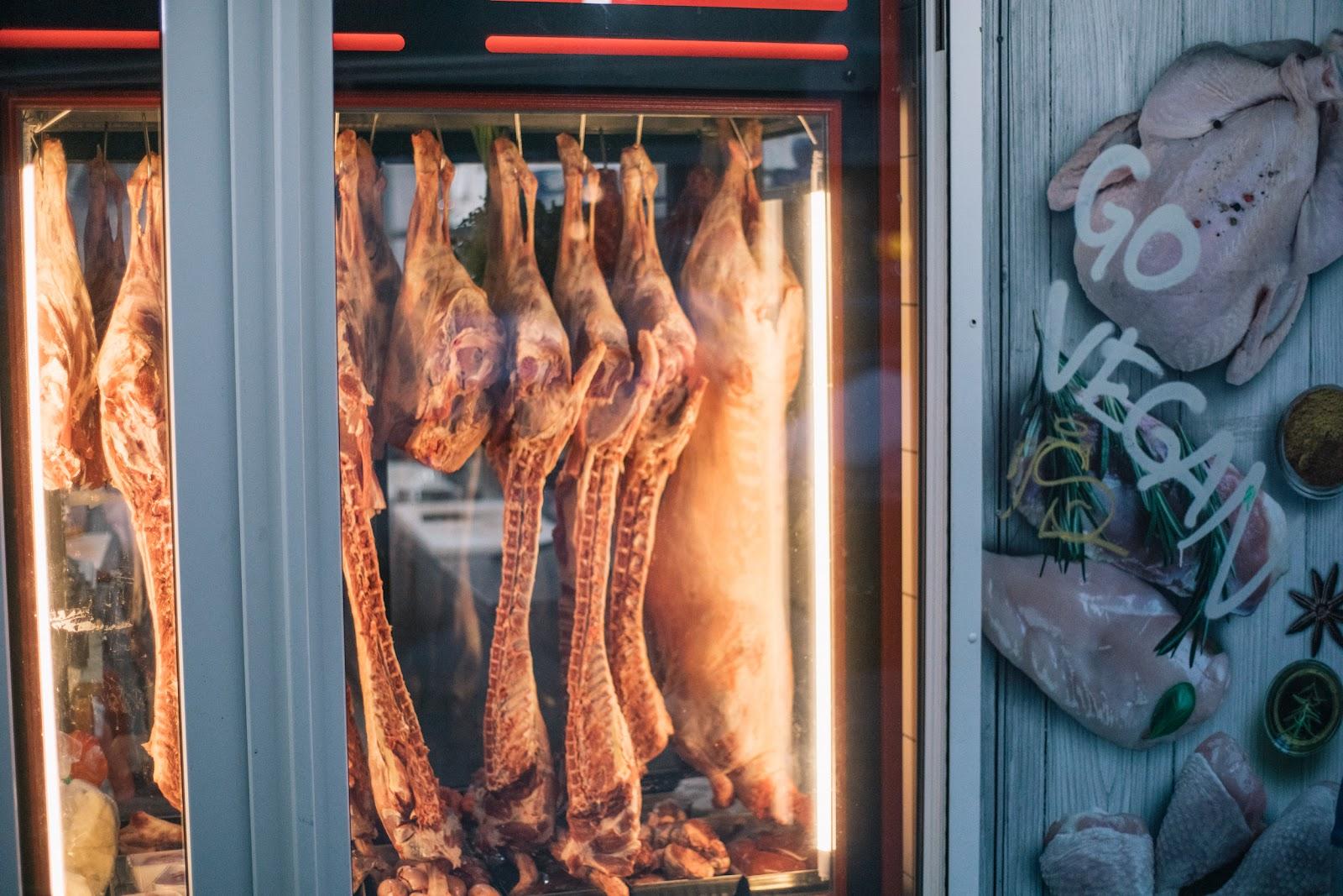 Halbe Hammelkörper im Schaufenster eines Metzgers