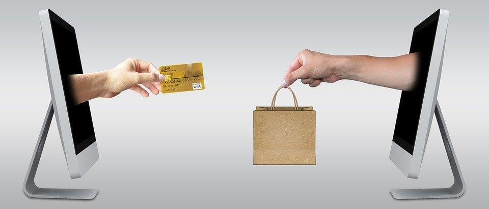 Ilustrasi belanja secara daring atau online dengan kartu kredit