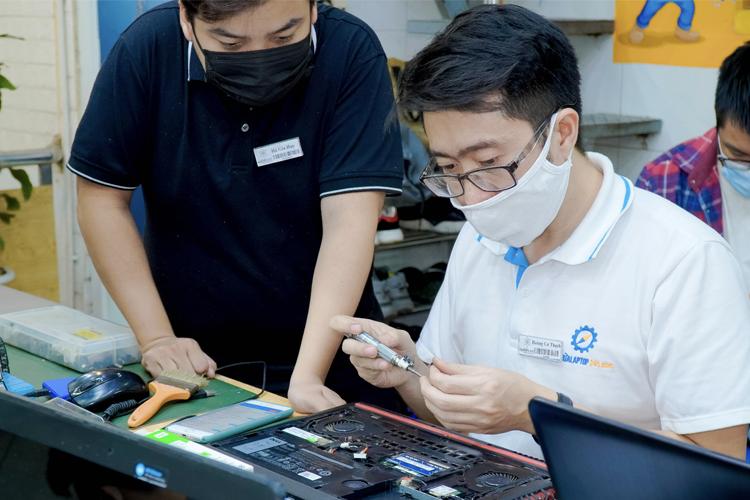 KTV tháo máy và vệ sinh bên trong laptop