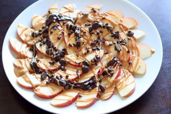 https://www.trialandeater.com/wp-content/uploads/2014/07/Apple-nachos-chocolate-peanut-butter-1.jpg