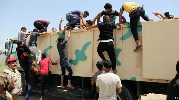 इराकी युवक जो फौज में वालंटियर बनना चाहते हैं.