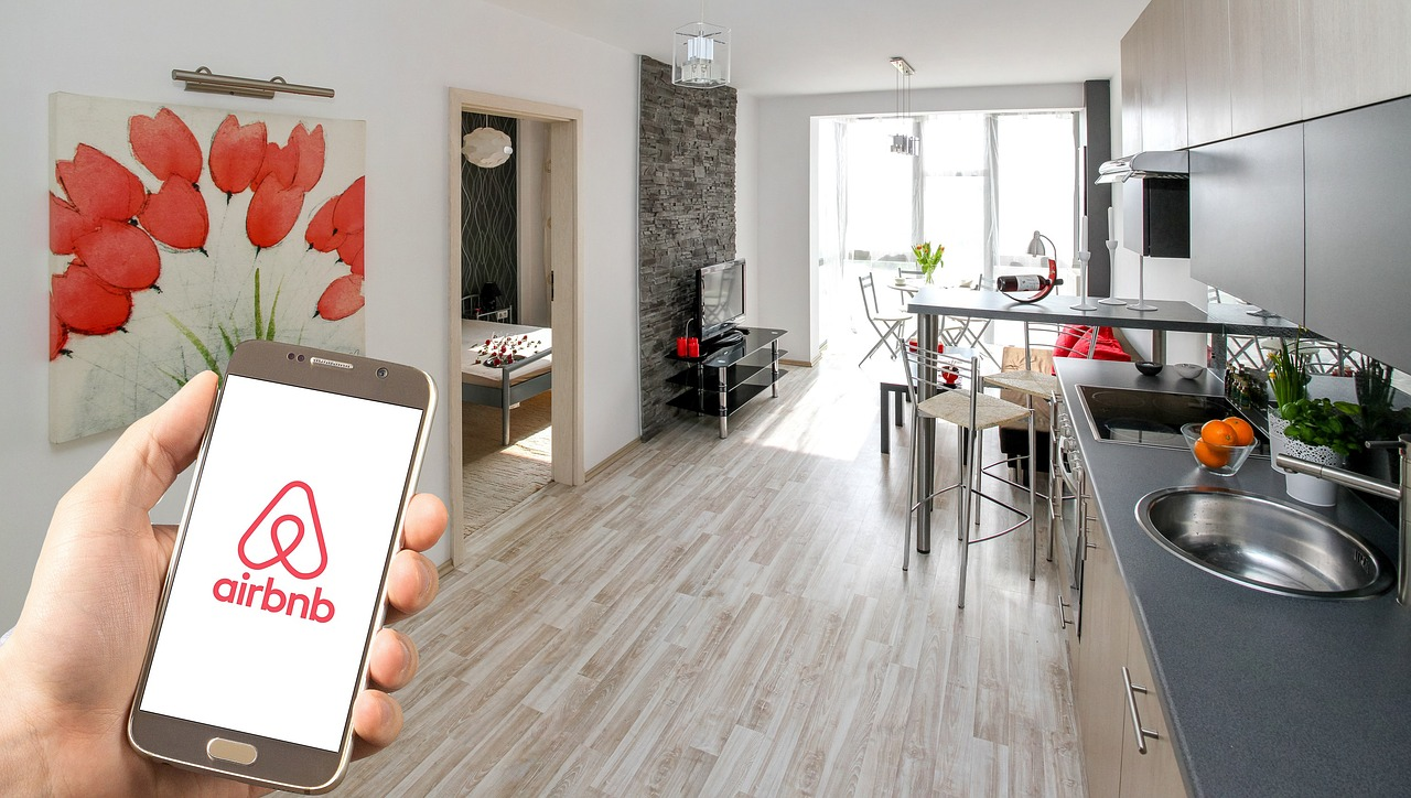 rent a room on airbnb to make $1000 fast