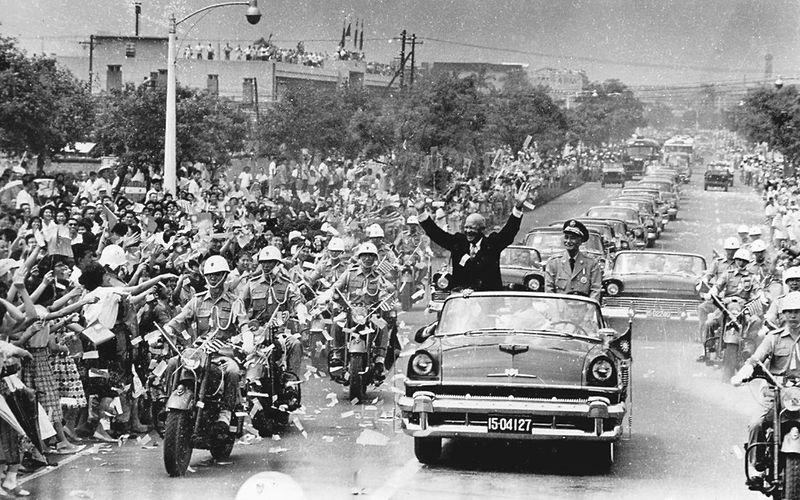 受美國帝國主義的蔣介石和國民黨政權,卻也被迫在台灣土地問題上做出重大讓步來維持自己殘存在台灣的政權。圖為美國總統艾森豪於1960年訪問台灣時與蔣介石一同遊街景象。//圖片來源:姚琢奇, public domain
