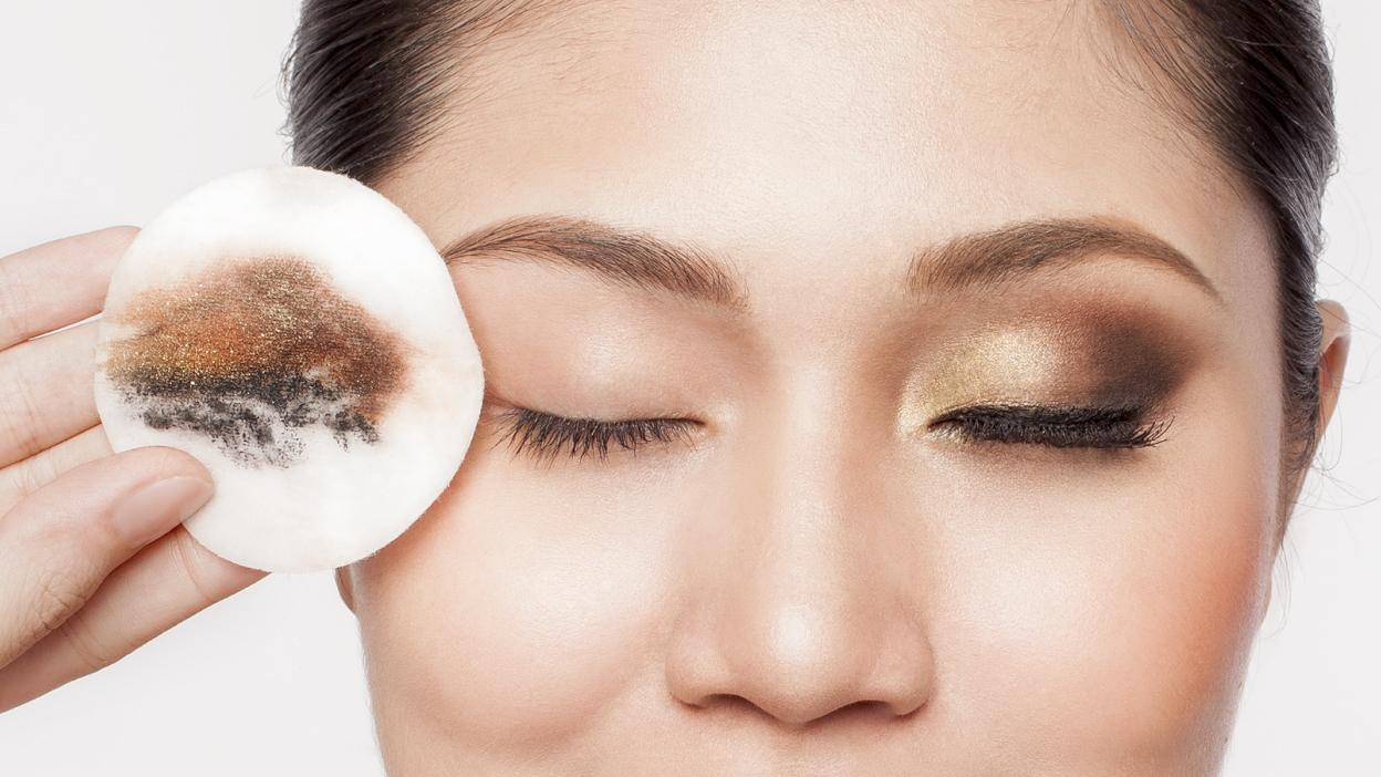 https://upload.lixibox.com/system/blogs/covers/000/000/131/original/Removed-eye-make-up-on-Cotton-Pad-using-Biore-Micellar-Water.jpg?1472892868