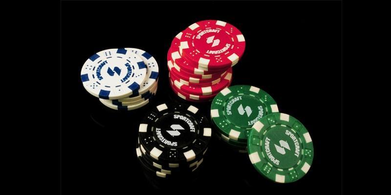 Có 2 loại là chip poker số và chip poker màu