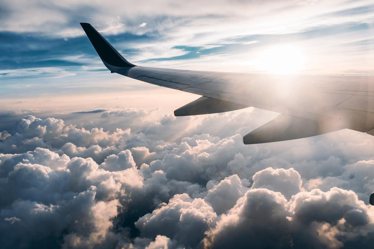 Un ala di un aereo in volo sopra le nuvole