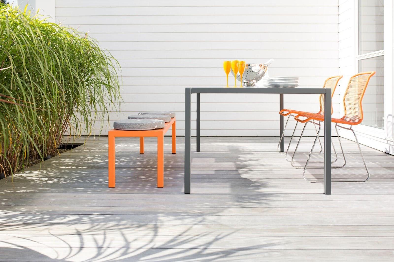 Terrass med färgglada tyger och inredningsdetaljer