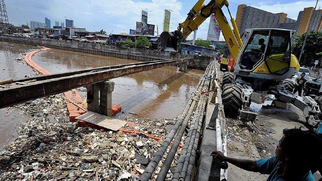 Sampah  plastik, styrofoam, dan ranting pohon memenuhi Kanal Banjir Barat di Jembatan Besi, Jakarta Barat, Senin (7/12). Memasuki musim hujan, tidak hanya volume air yang melimpah, tetapi volume sampah yang hanyut juga turut bertambah di Kanal Banjir Barat.