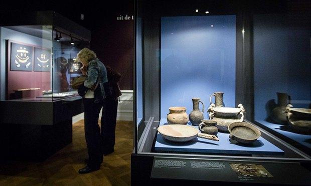 Посетители выставки КРЫМ, ЗОЛОТО И ТАЙНЫ ЧЕРНОГО МОРЯ в музее Aлларда Пирсона в Амстердаме, август 2014.