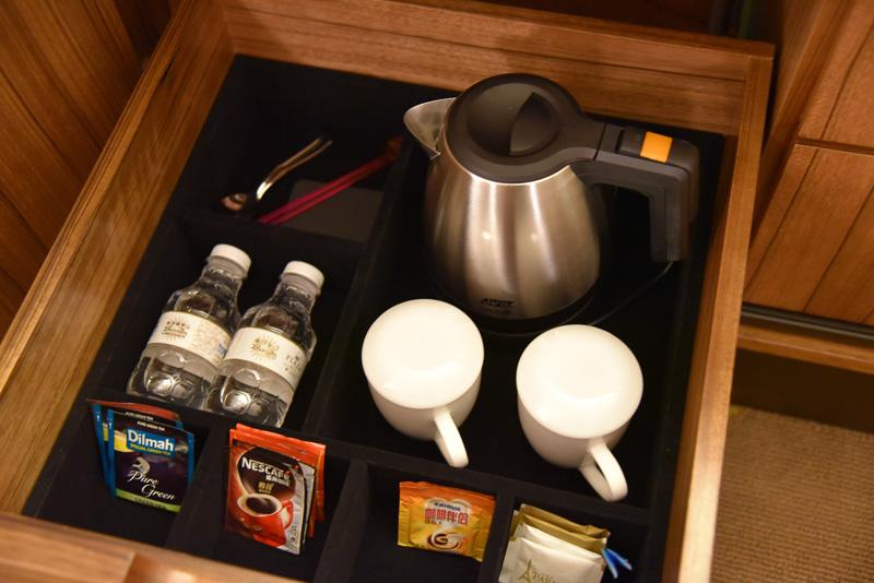 55インチのテレビ近くのチェストの中にはカップ麺と各種ドリンクを用意。紅茶2種類とコーヒーが3種類。ドリンク用のペットボトル2本とカップ、ポットもある