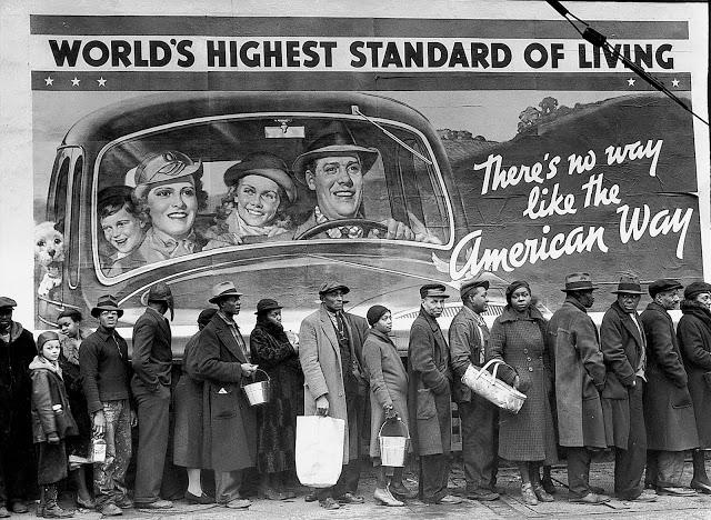 Fotografia de fila de pessoas desempregadas em decorrência da Crise de 1929.