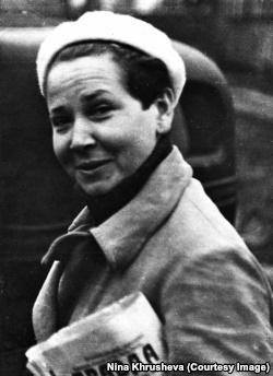 Люба, образцовый молодой коммунист, с газетой «Правда». Москва, 1940