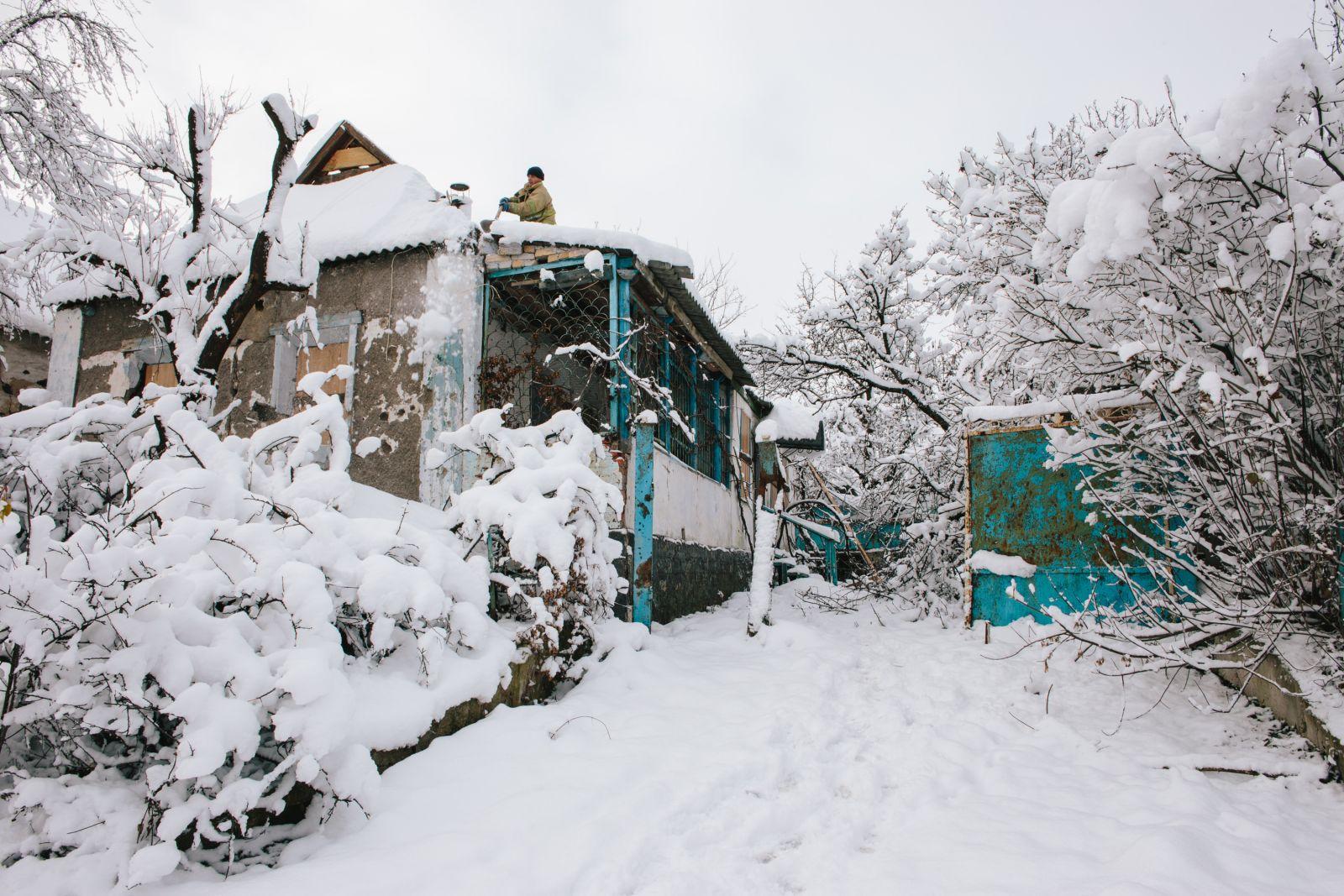 Бригады ГСЧС ремонтируют крыши и в тех домах, где сейчас никто не живёт