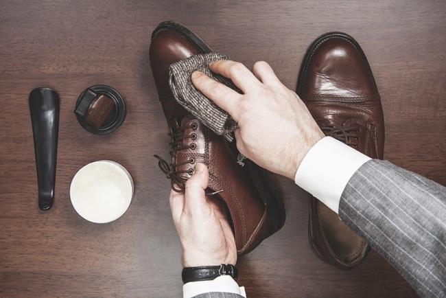 đánh giày bằng gì
