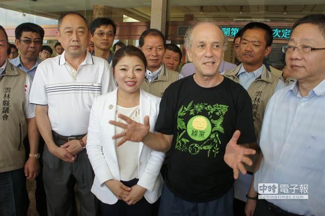 台灣蠻野心足生態協會理事長文魯彬盛讚「雲林縣為環保立下了典範」。