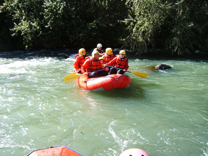 Practica rafting durante el verano en el Perú