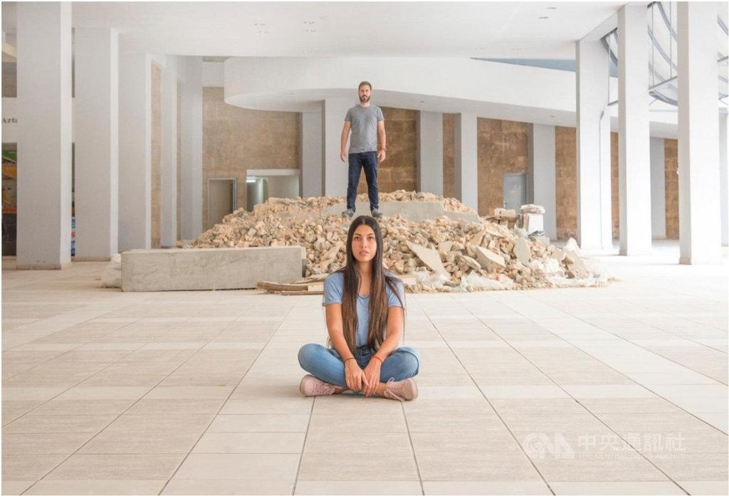 曾經代表古巴參加威尼斯雙年展的藝術家阿拉姆娜・孔蒂諾(Ariamna Contino)(前)與艾利克斯・埃爾南德(Alex Hernandez-Duenas)(後),以收集社會議題的數據資料作為創作題材。(路由藝術提供)中央社  110年2月5日
