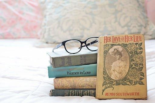 Pila De Libros eróticos, Libros Antiguos
