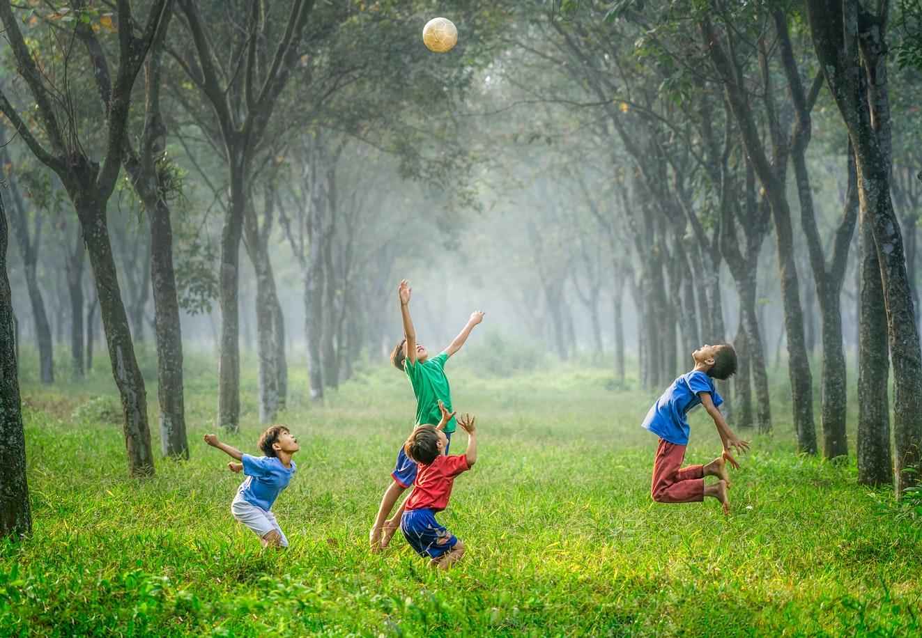 一群孩子正在草地上縱情嬉戲。