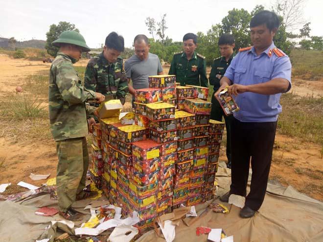 Đồn Biên phòng Cửa khẩu Quốc tế Bờ Y tiêu hủy gần 1 tấn pháo lậu