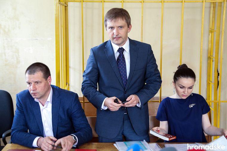 Бывшая судья Печерского районного суда Киева Оксана Царевич с адвокатами во время заседания суда, Киев, 12 апреля 2016 года
