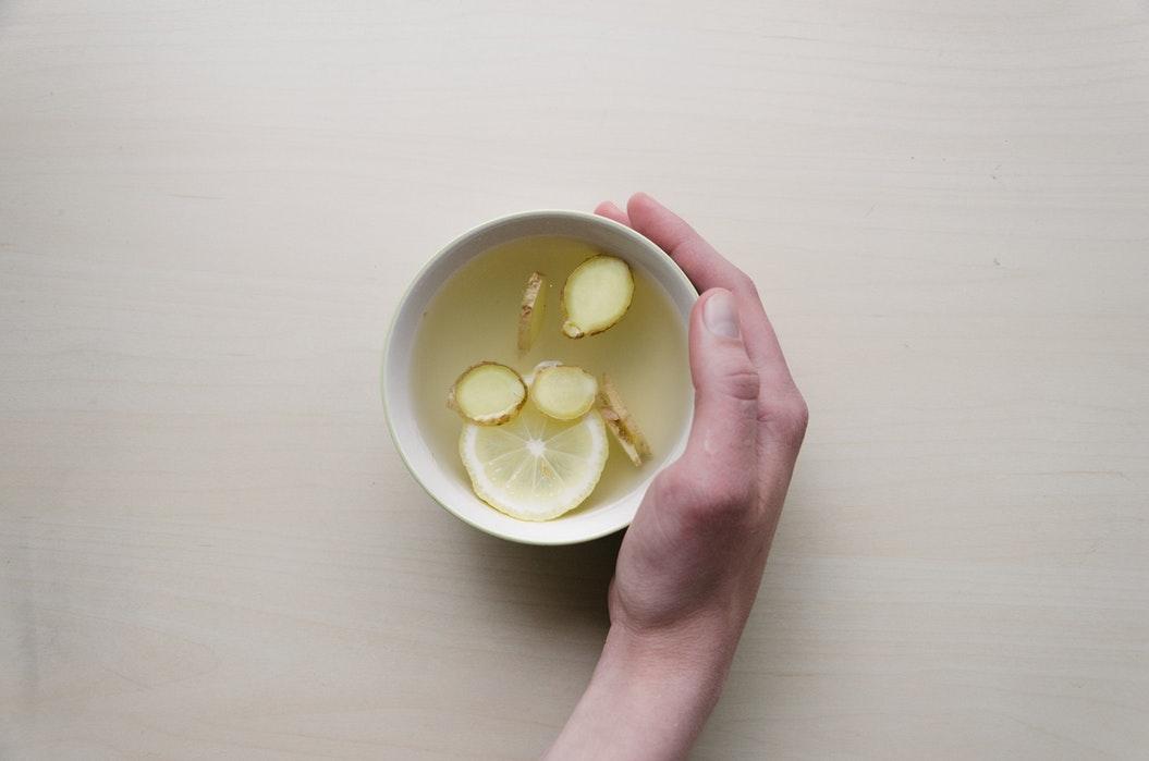 Стакан воды с лимоном и имбирём