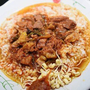 Nasi Rawon di Rumah Makan 17 Agustus di Sumenep, Sabtu, (5/3). sejumlah menu masakan di rumah makan tersebut merupakan menu makanan peranakan dengan resep dari turun temurun.