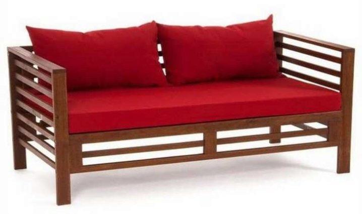 Деревянный диван в форме скамейки с подушками
