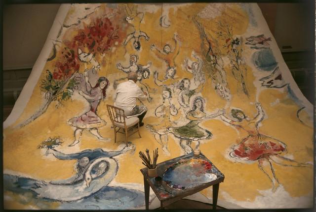 Cliché du photographe Izis de 1964 dans son intégralité. Chagall travaillant sur panneau consacré à Mozart.