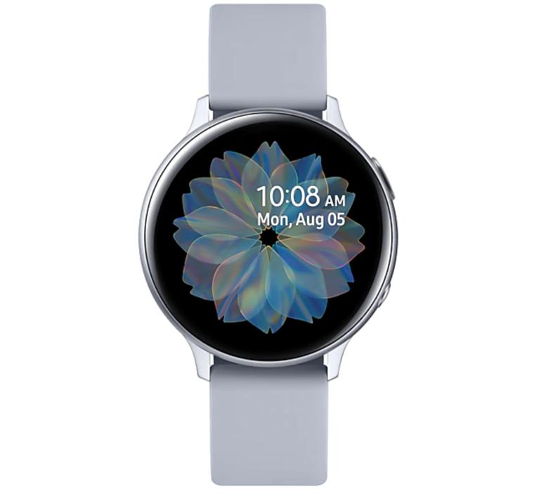 一張含有 坐, 時鐘, 藍色, 握住 的圖片  自動產生的描述