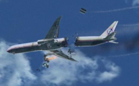 Máy bay đã vỡ đôi trên bầu trời - Ảnh: cắt video