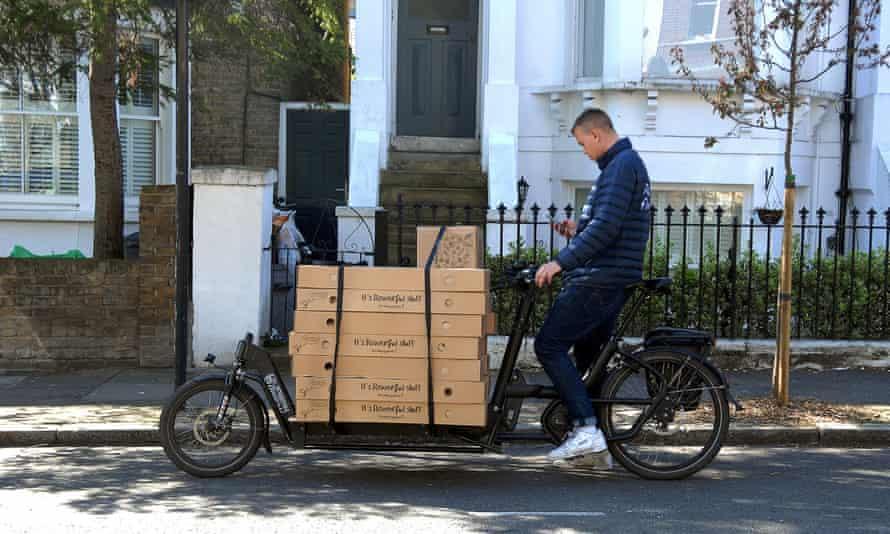 Електричний вантажний велосипед доставляє квіти у південному Лондоні