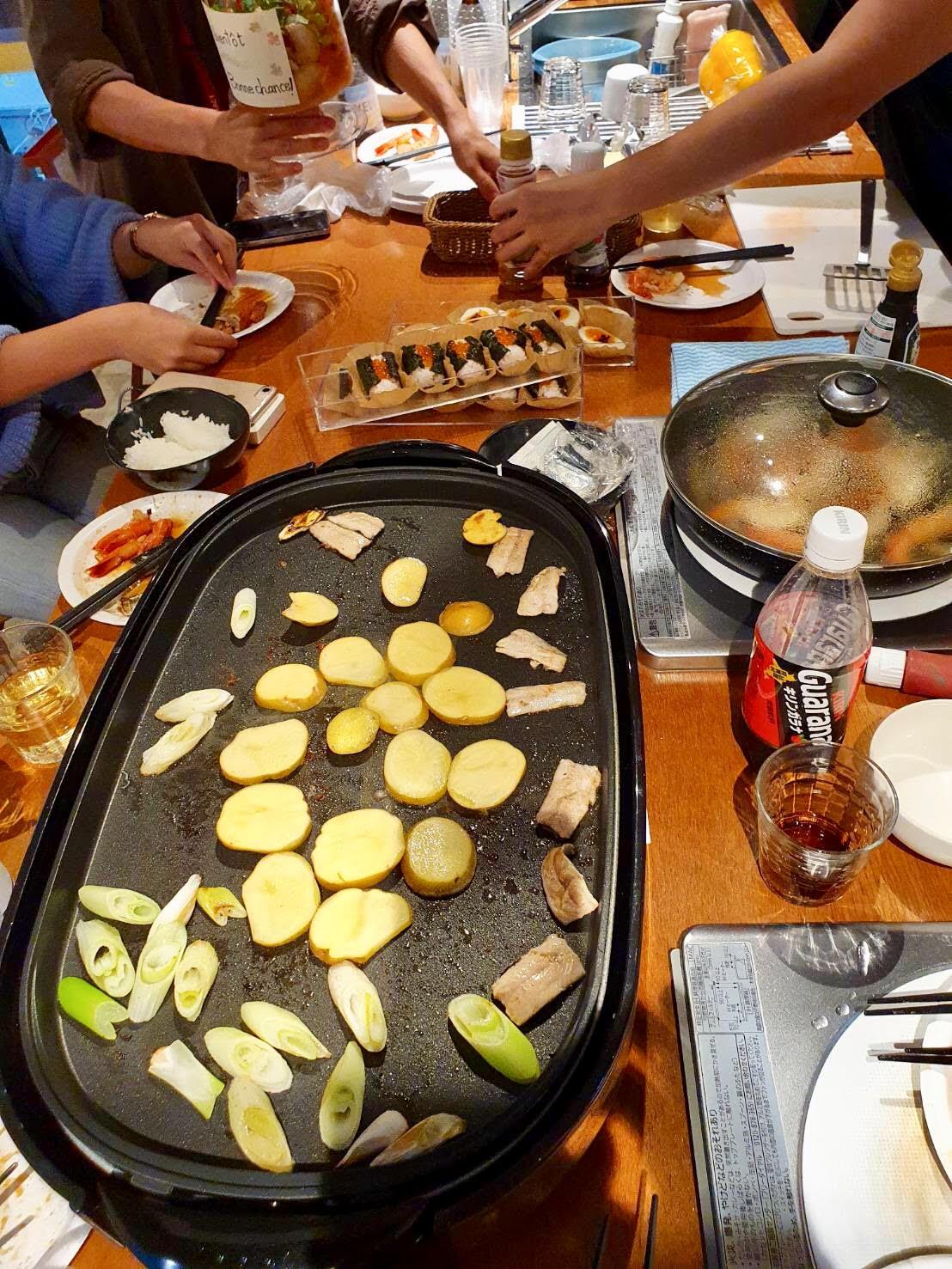 プレート右側は、秋刀魚!同時にエビも焼いてます。