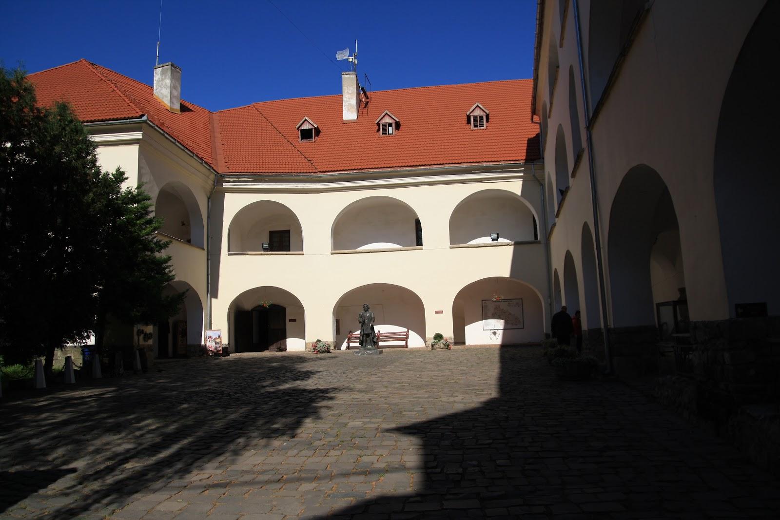 Замок з середини