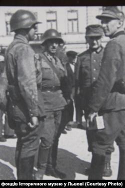 Польські парламентери ведуть переговори з німецьким військом.Вересень1939 року