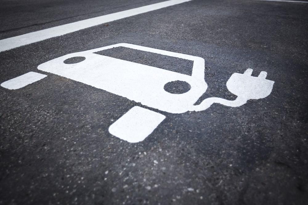 Sinalização de um ponto de carregamento para carros elétricos. (Fonte: Shutterstock)