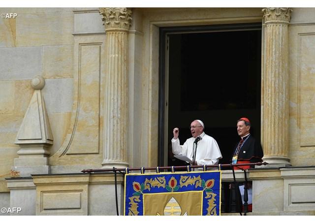 Đức Thánh Cha Phanxico chào thăm và chúc lành cho tín hữu Bogota
