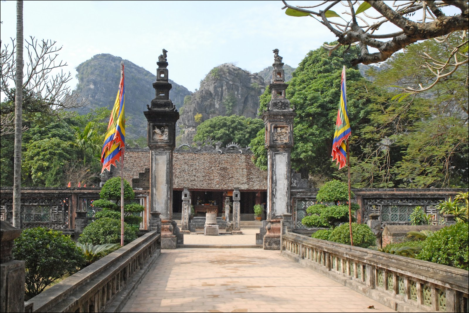 Temple_commémoratif_au_roi_Dinh_Tien_Hoang_(Hoa_Lu).jpg