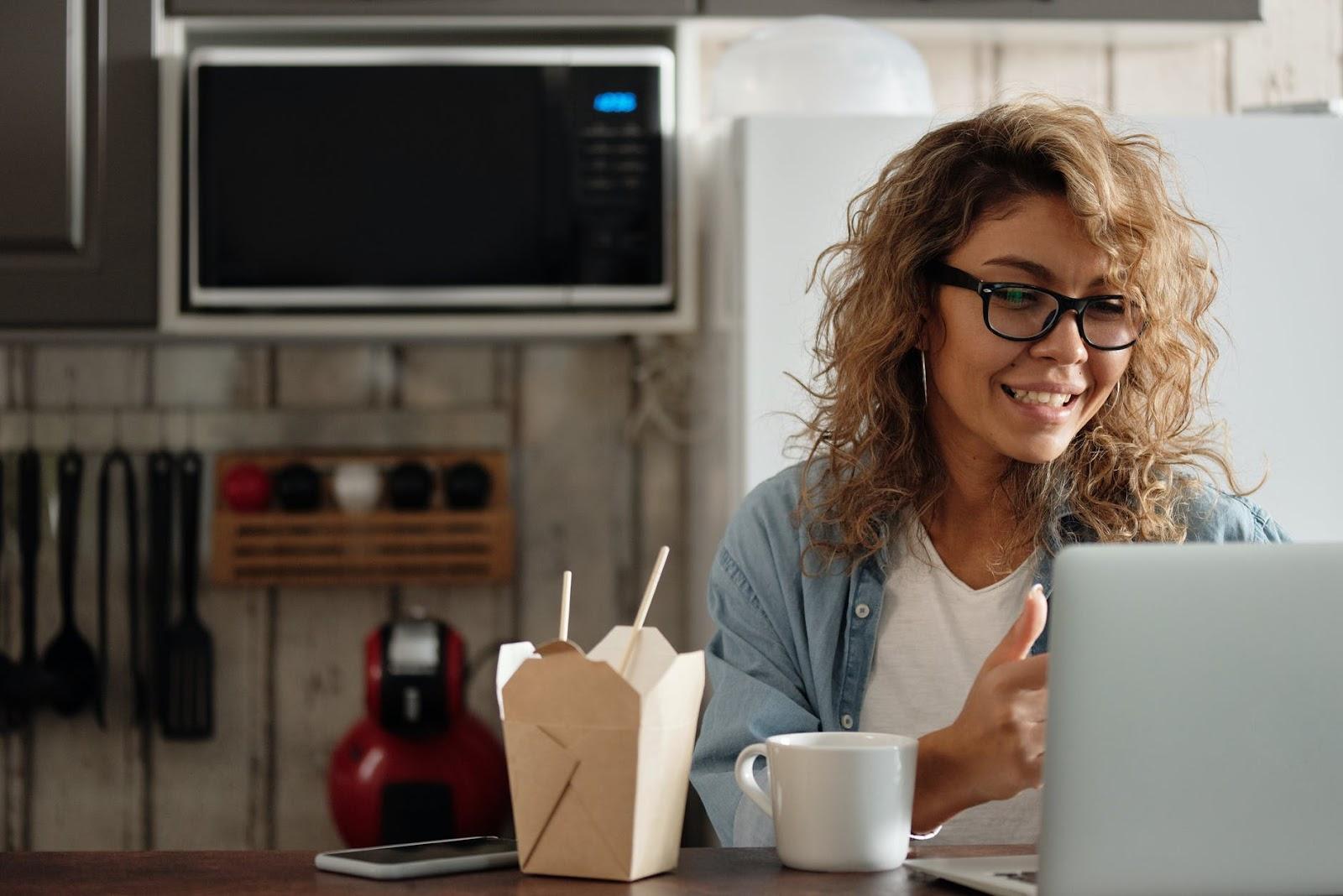 Mulher fazendo uma videochamada
