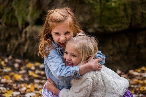 dwie dziewczynki o jasnych włosach